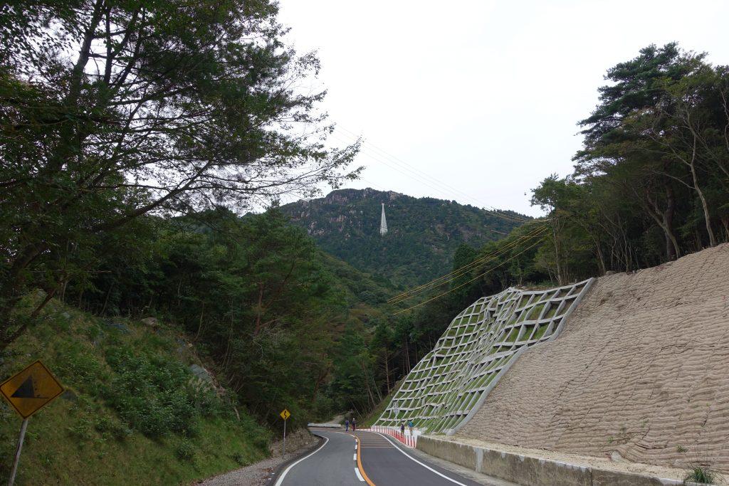 御在所岳 国道477号からロープウェイを見る
