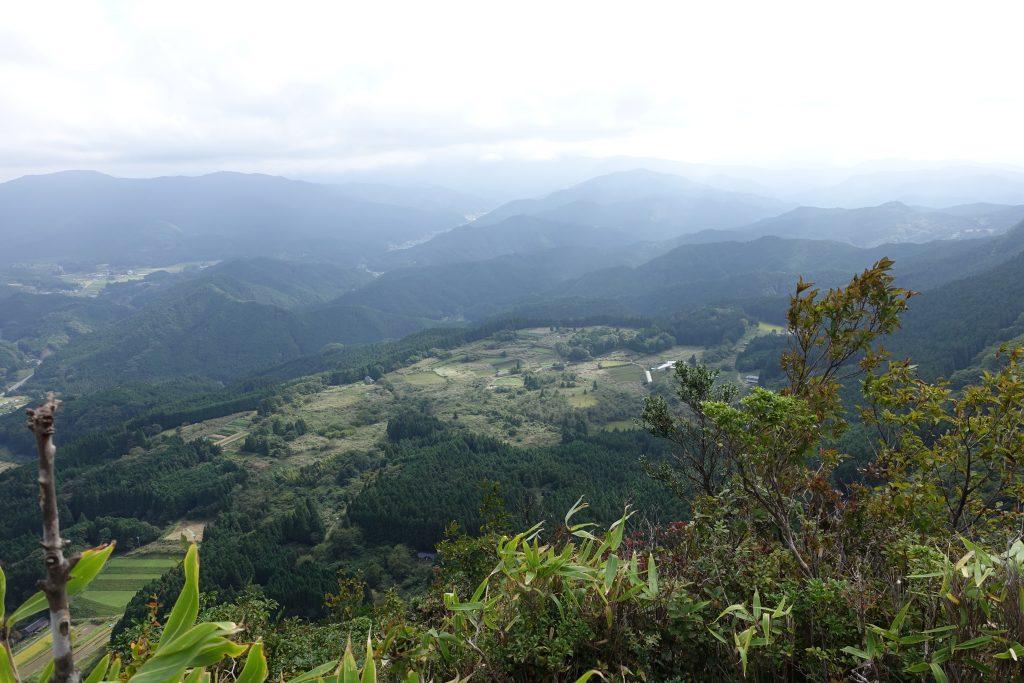 三重 倶留尊山 三ッ岩からの池の平を眺める