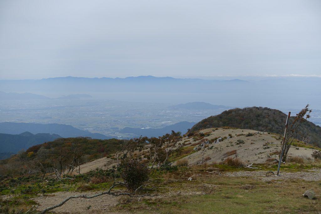 鈴北岳山頂から滋賀県 琵琶湖を眺める