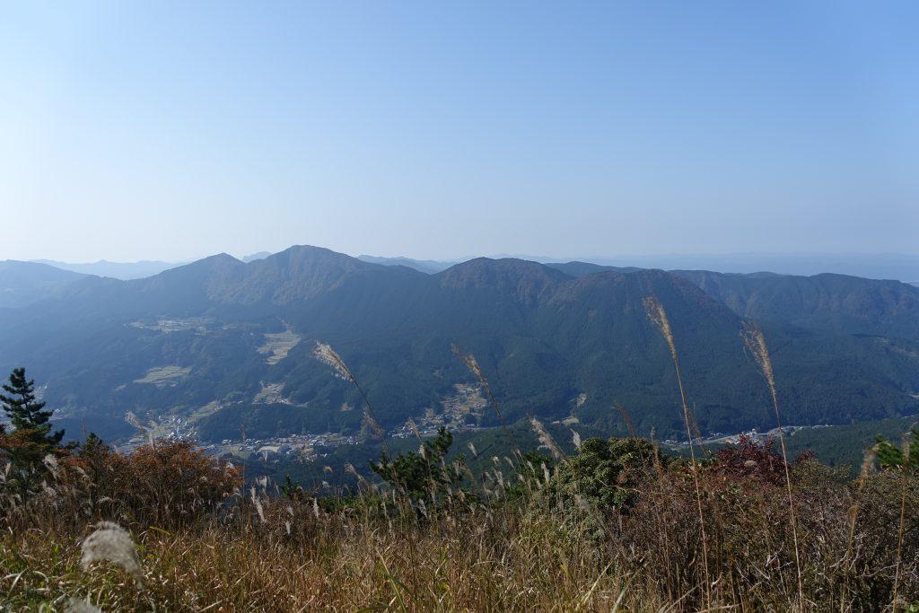 大洞山山頂から俱留尊山を