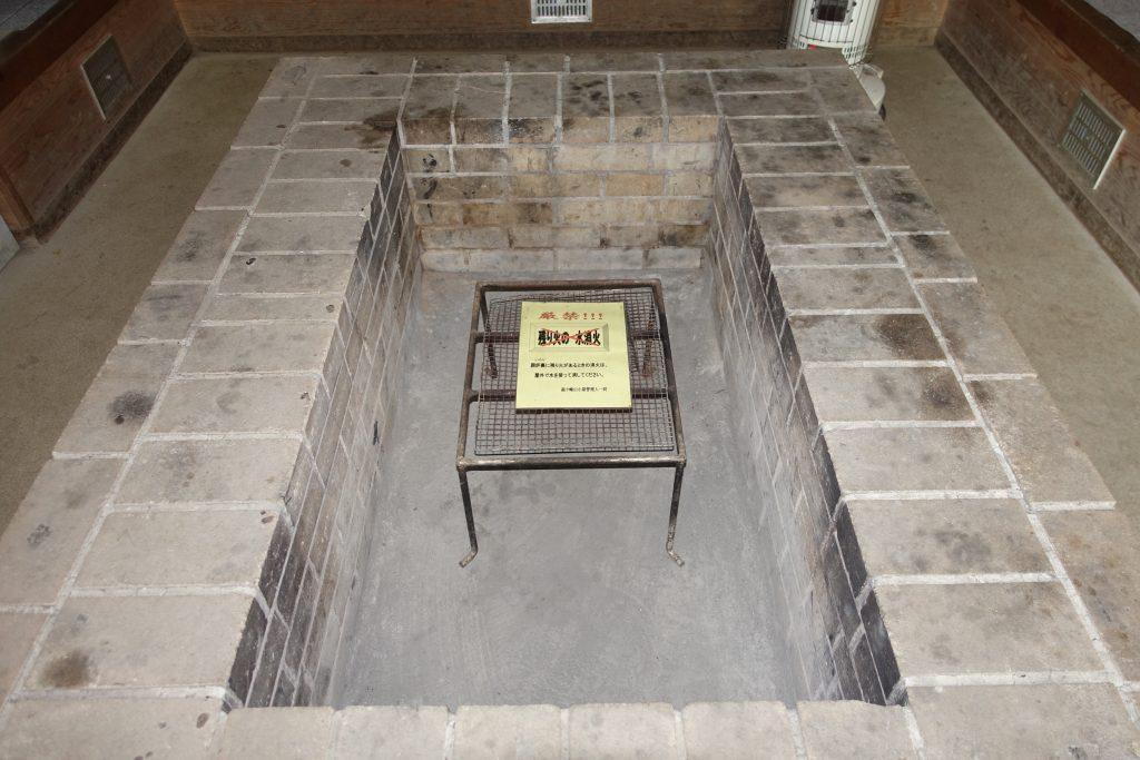 三重経ヶ峰避難小屋内部暖炉