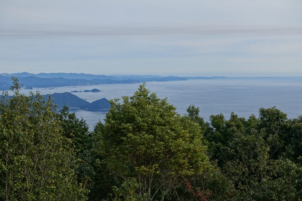 三重 八鬼山 山頂広場から北の海岸線を眺める