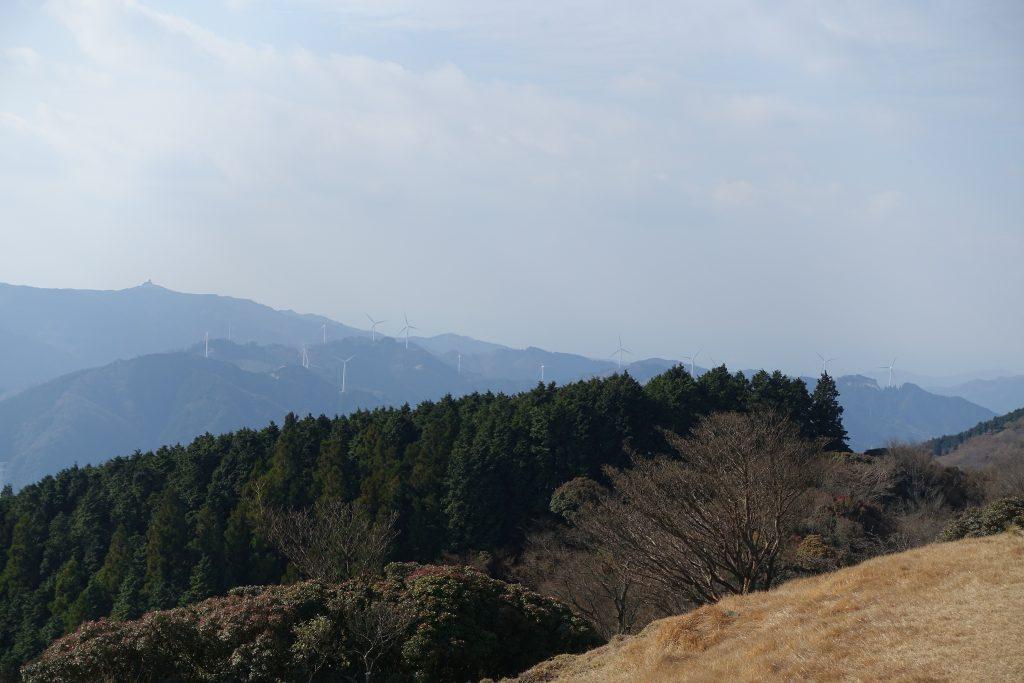三重経ヶ峰山頂から眺める青山高原風車