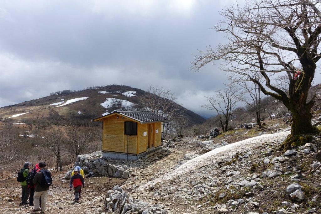 三重藤原岳避難小屋から展望台方面眺め