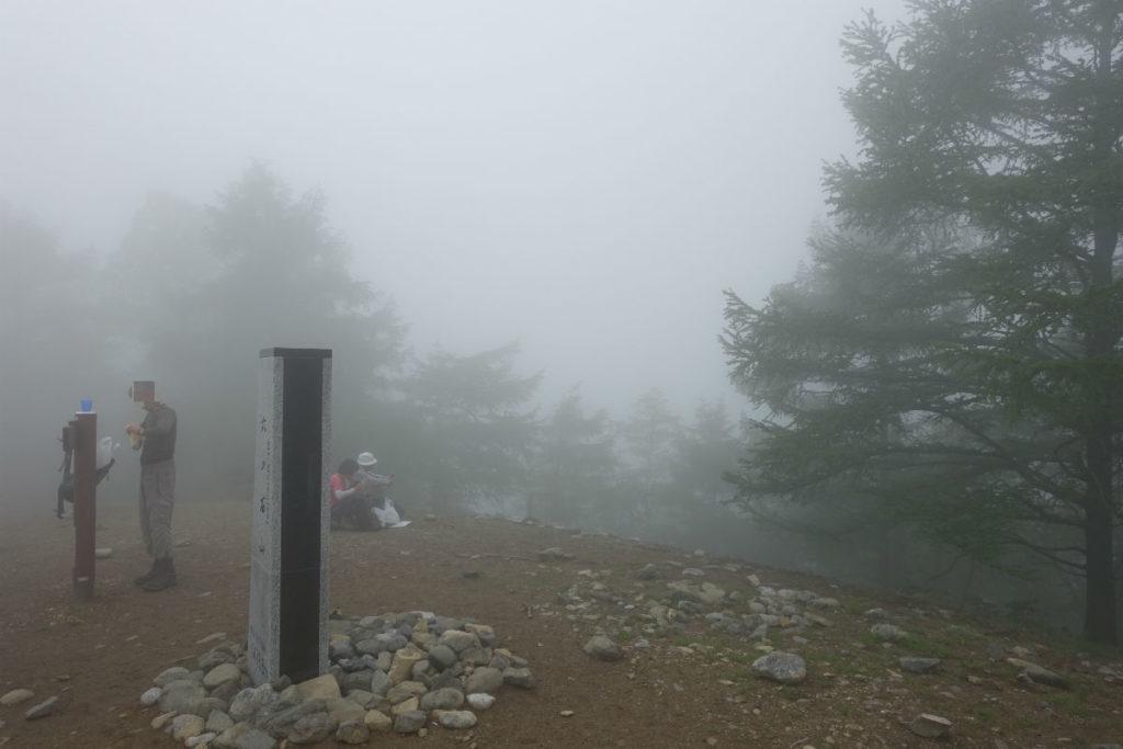 東京 六ツ石山登山 山頂は開けて広い が霧で何も見えない