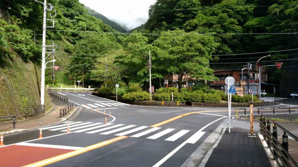 東京 六ツ石山 水根バス停から登山口を眺める